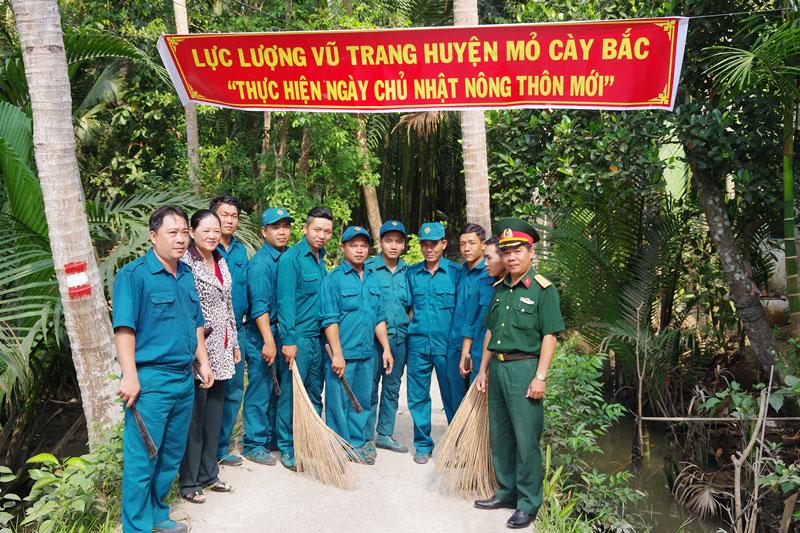 Lực lượng vũ trang Mỏ Cày Bắc tham gia Ngày Chủ nhật nông thôn mới. Ảnh: Đặng Thạch