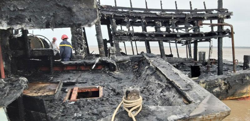 Tàu cá cháy ngày 27-11-2019 sau khi được chữa cháy.