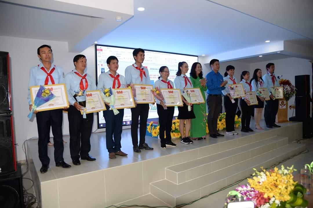 Các giáo viên Tổng phụ trách xuất sắc nhận Bằng khen của Hội đồng Đội Trung ương