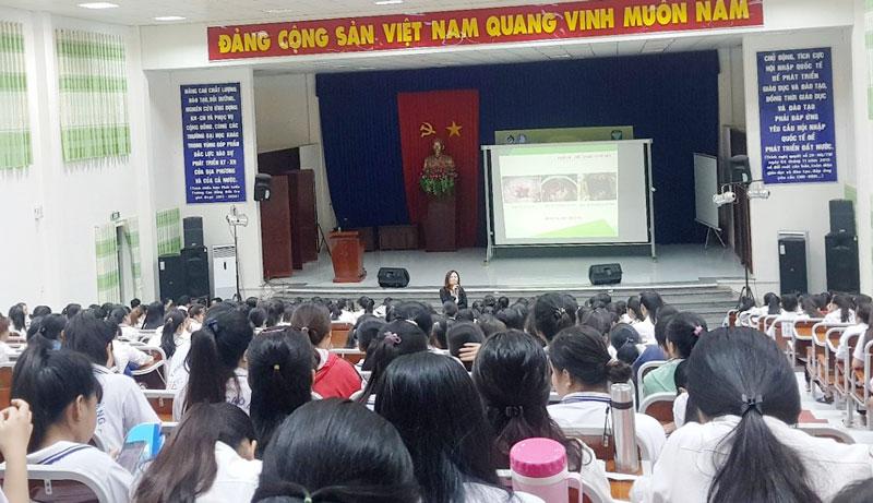 Đông đảo nữ sinh tham gia buổi sinh hoạt. Ảnh: LT