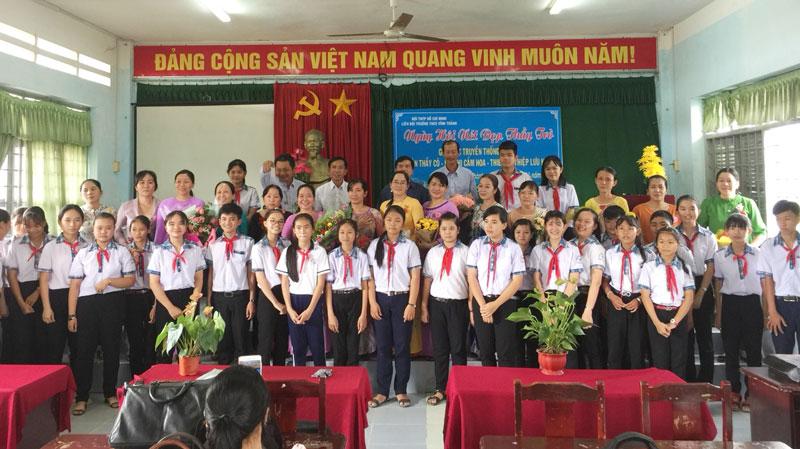 Cô thầy Trường THCS Vĩnh Thành trong ngày hội Nép đẹp thầy cô.