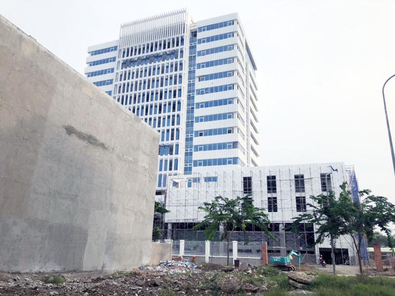 Khẩn trương hoàn thiện công trình tòa nhà 6 sở, tại phường Phú Khương, TP. Bến Tre. Ảnh: Hữu Hiệp