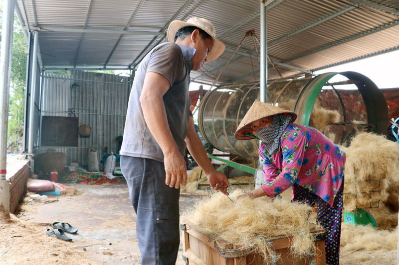 Lao động đóng cục chỉ xơ dừa tại một cơ sở ở xã Đa Phước Hội thuộc Làng nghề chỉ xơ dừa An Thạnh.