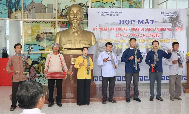 Thành viên Câu lạc bộ Hát sắc bùa trình diễn bài Vè trái dừa Bến Tre.