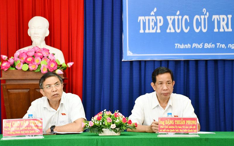 Ông Cao Văn Trọng và ông Đặng Thuần Phong tiếp túc cử tri tại Phường 8 (TP. Bến Tre). Ảnh: Hữu Hiệp