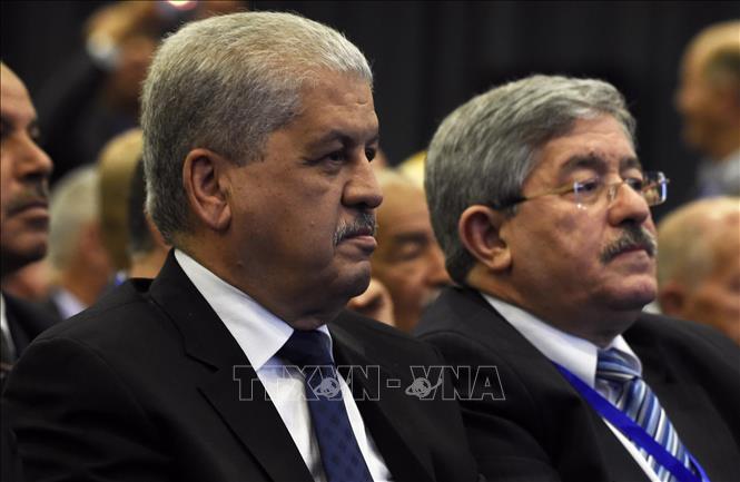 Ông Abdelmalek Sellal (trái) và ông Ahmed Ouyahia (phải) tại một sự kiện ở Algiers, Algeria ngày 5-5-2016. Ảnh tư liệu: AFP/TTXVN
