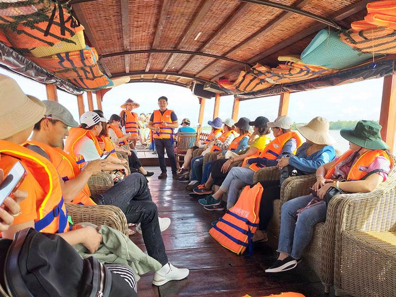 Du khách tham quan sông nước Bến Tre trên thuyền du lịch.