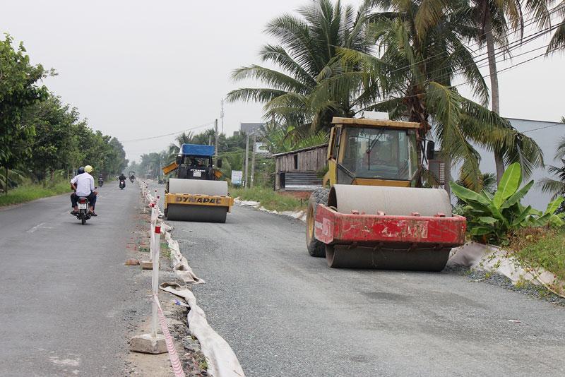 Thi công công trình ĐH 173, đoạn xã Hữu Định, huyện Châu Thành.