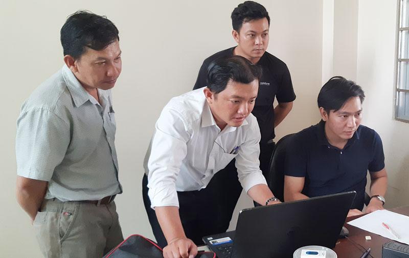 Cán bộ kỹ thuật hướng dẫn cài đặt, xây dựng chương trình phát thanh trên máy tính tại Đài Truyền thanh huyện Mỏ Cày Bắc.