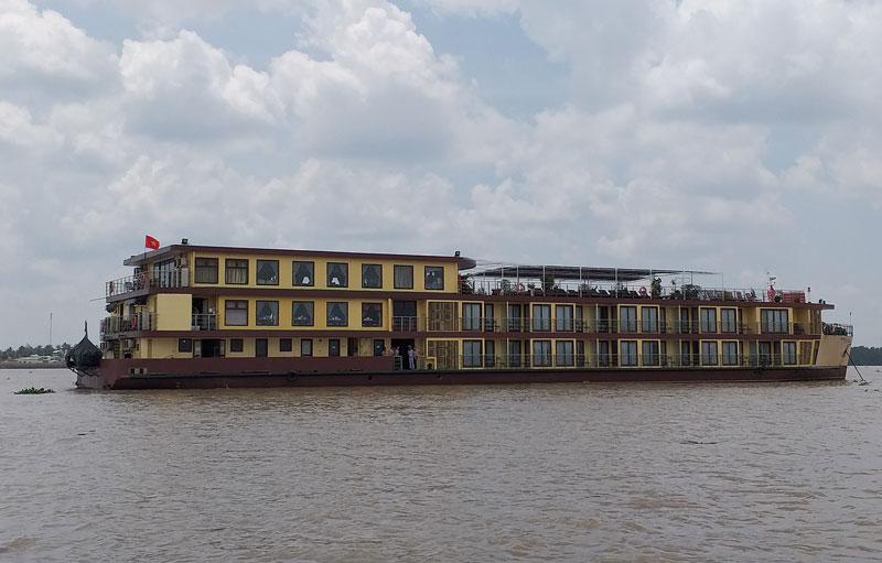 Tàu du lịch 4 sao Mekong Prestige của Công ty Focus Travel di chuyển trên sông Hàm Luông để khảo sát tuyến du lịch mới.