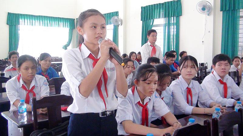 Các em học sinh tham gia ý kiến tại buổi gặp gỡ đại biểu HĐND thành phố.