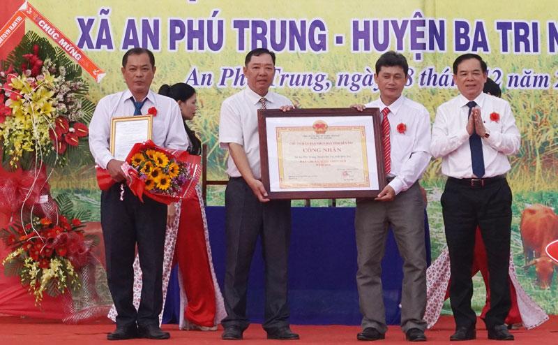 Phó bí thư Thường trực Tỉnh ủy Trần Ngọc Tam trao quyết định công nhận xã An Phú Trung đạt chuẩn nông thôn mới. Ảnh: Q.Hùng