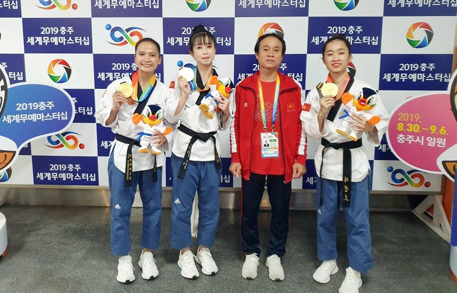 Mộng Quỳnh (ngoài cùng bên phải) cùng đồng đội giành HCV Đại hội võ thuật thế giới. Ảnh: Tuổi Trẻ