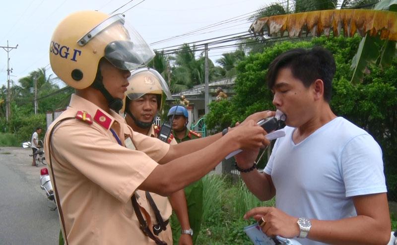 Lực lượng Cảnh sát giao thông kiểm tra nồng độ cồn. Ảnh: Minh Tân
