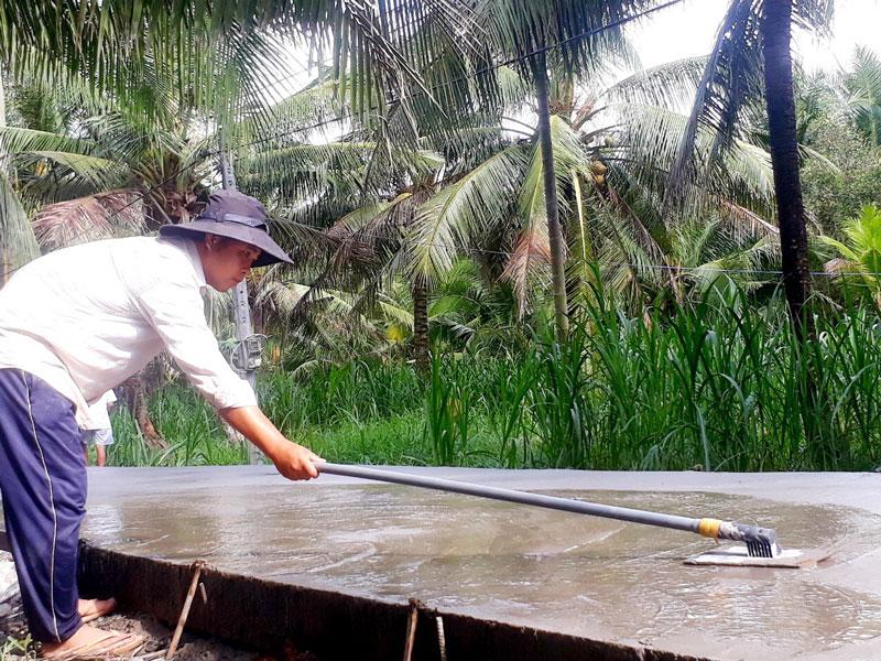 Xây dựng đường nông thôn mới xã Hưng Lễ, huyện Giồng Trôm. Ảnh: N.Diễm