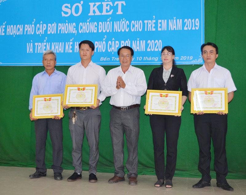 Ban tổ chức trao giấy khen cho các cá nhân