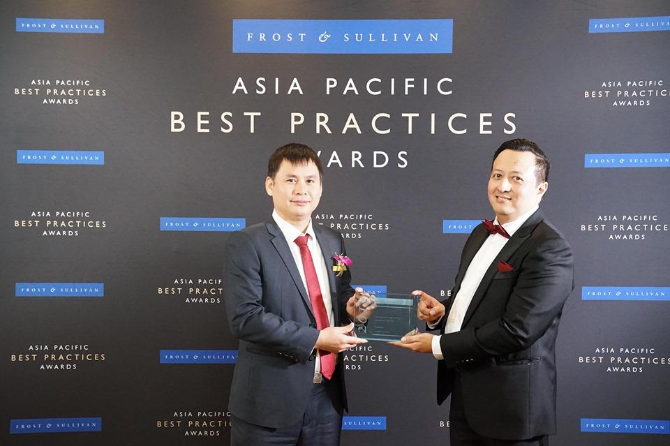 Ông Hazmi Yusof, Phó Chủ tịch cấp cao của Frost & Sullivan (người đứng bên phải) trao giải thưởng cho Tổng Giám đốc Viettel Telecom- ông Cao Anh Sơn