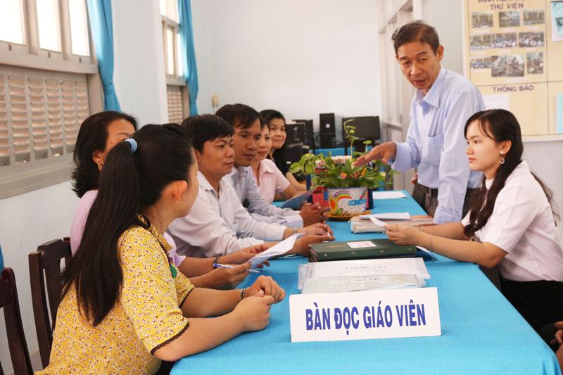 Đoàn kiểm tra, thẩm tra thư viện Trường THCS Thuận Điền (Giồng Trôm)