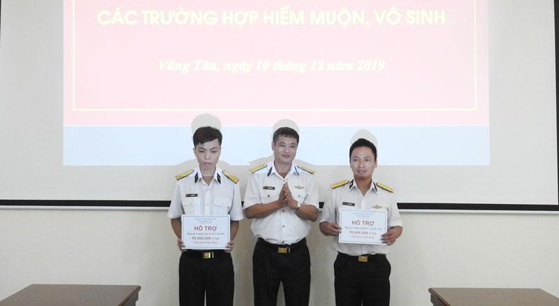 Thủ trưởng Hải đoàn trao tiền hỗ trợ các quân nhân