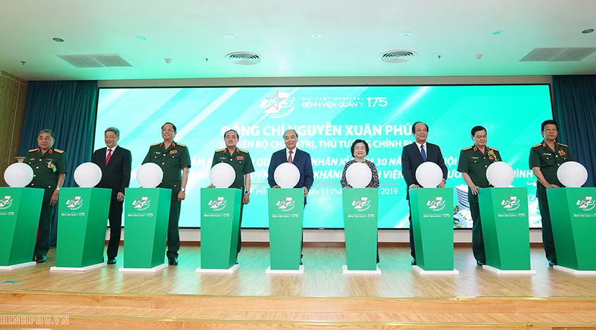 Thủ tướng Chính phủ Nguyễn Xuân Phúc và các đồng chí lãnh đạo thực hiện nghi thức khánh thành Viện chấn thương chỉnh hình (500 giường). Ảnh: Quang Hiếu/VGP