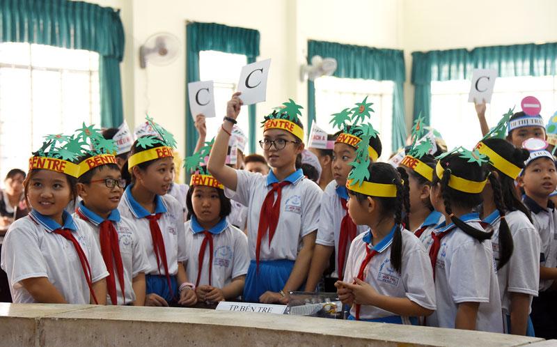 Các đội thi tham gia phần thi trắc nghiệm kiến thức về an toàn giao thông.