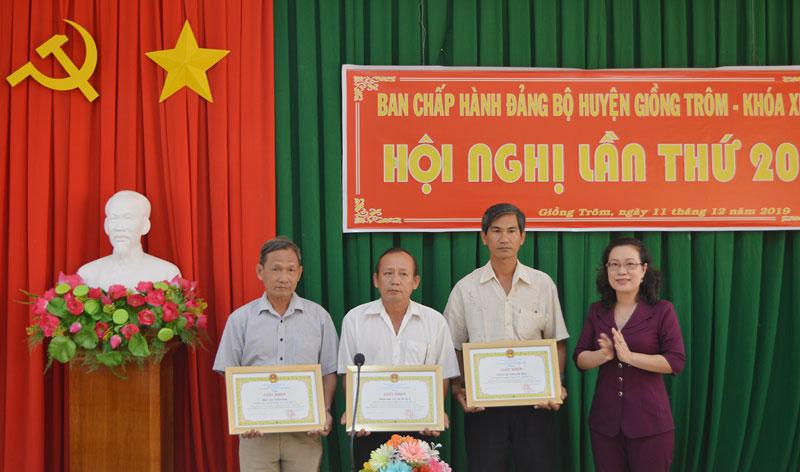 Lãnh đạo huyện trao giấy khen cho các tập thể.
