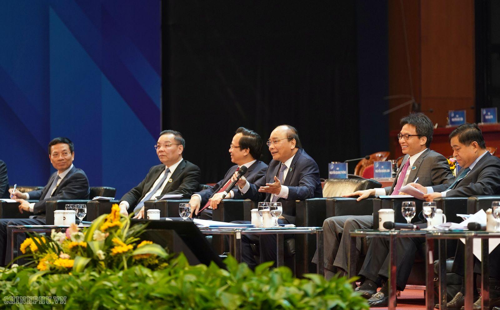 Thủ tướng Nguyễn Xuân Phúc và lãnh đạo Chính phủ, các bộ ngành đối thoại với thanh niên. Ảnh: VGP/Quang Hiếu