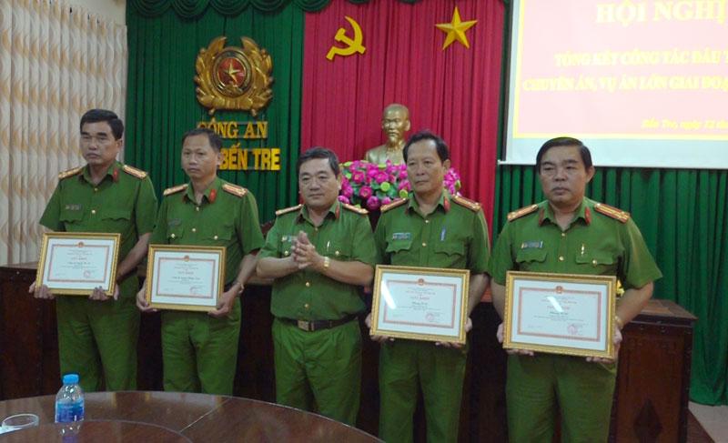 Đại tá Lê Văn Hòa - Phó giám đốc Công an tỉnh tặng giấy khen cho các tập thể, cá nhân có thành tích xuất sắc.