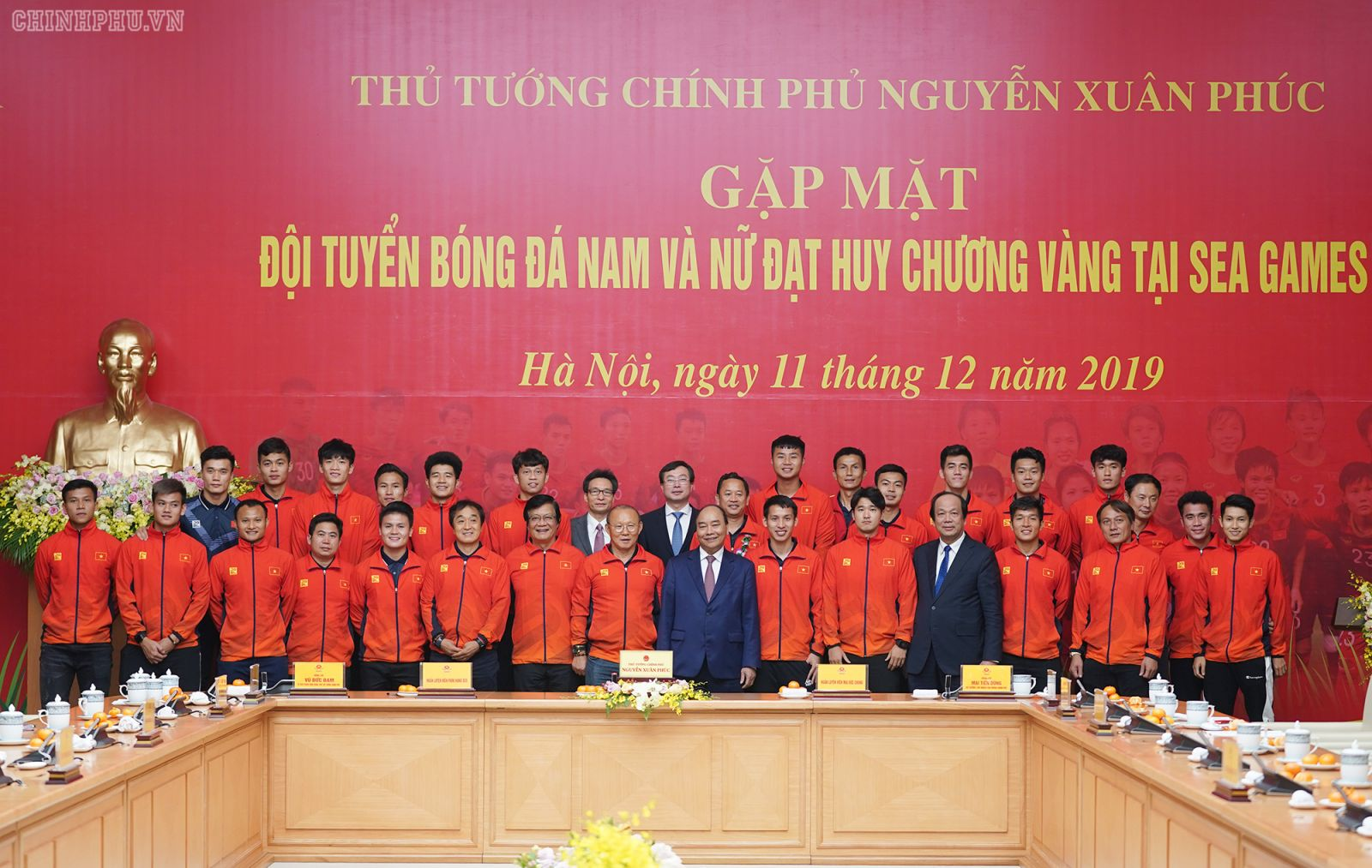Thủ tướng chụp ảnh lưu niệm cùng Đội tuyển bóng đá nam U22. Ảnh: VGP/Quang Hiếu
