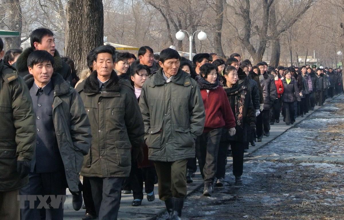 Công nhân Triều Tiên làm việc tại một nhà máy ở thị trấn Sinuiju, Đông Bắc Triều Tiên gần biên giới với Trung Quốc. Ảnh: AFP/TTXVN
