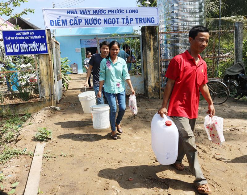 Người dân chủ động trữ nước ngọt để ứng phó với hạn mặn. Ảnh: Phan Hân