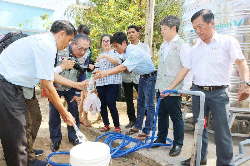 Người dân trữ nước ngọt sẵn sàng ứng phó mùa khô. Ảnh: Phan Hân