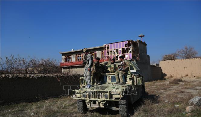 Lực lượng an ninh Afghanistan được triển khai tới hiện trường vụ đánh bom nhằm vào căn cứ quân sự Bagram của Mỹ ở tỉnh Parwan, miền Đông Afghanistan, ngày 11-12-2019. Ảnh: THX/TTXVN