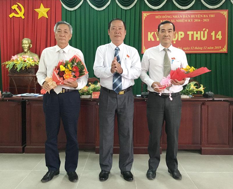 HĐND huyện khóa XI trao hoa nghi nhận sự đóng góp của ông Nguyễn Văn Trai, chúc mừng ông chí Bùi Thành Dương