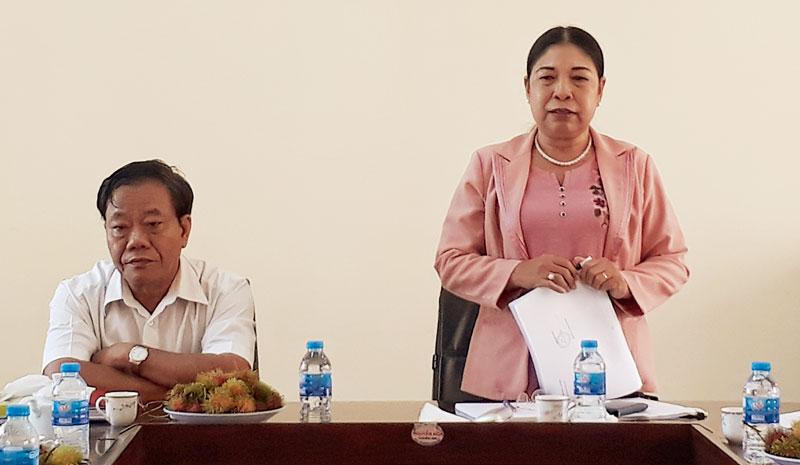 Bà Võ Thị Thủy -  Phó trưởng Ban Dân vận Tỉnh ủy phát biểu trong buổi làm việc tại huyện Chợ Lách.
