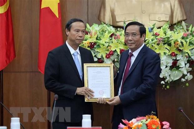 Ông Nguyễn Thanh Bình (phải), Phó Ban thường trực Ban Tổ chức Trung ương trao quyết định của Ban Bí thư cho ông Nguyễn Văn Thọ. (Ảnh: Đoàn Mạnh Dương/TTXVN)