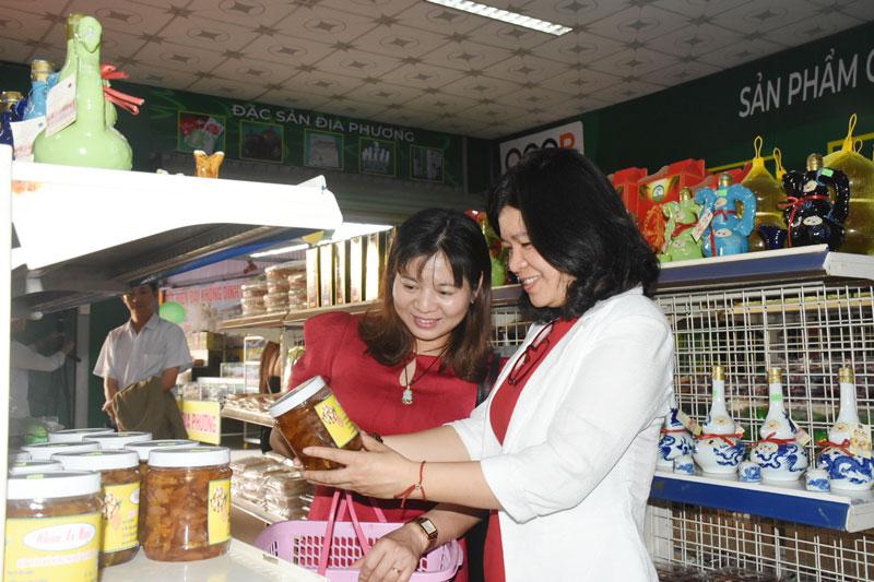 Đại biểu tham quan, mua sắm nhân dịp công bố điểm giới thiệu, bán sản phẩm OCOP tại Bến Tre.
