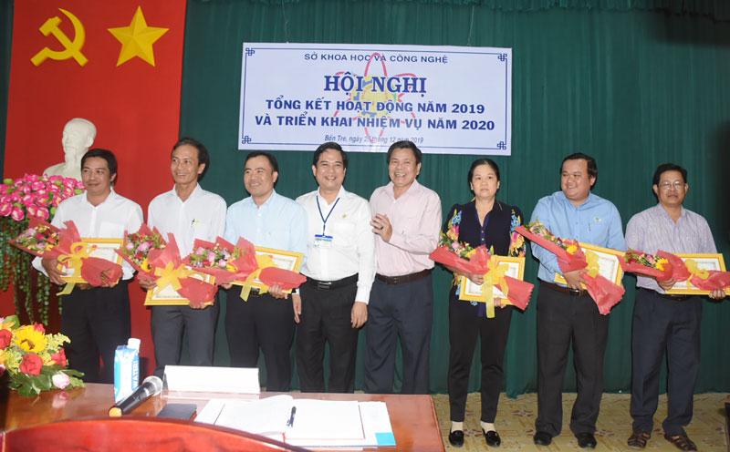 Khen thưởng các cá nhân, tập thể có nhiều thành tích đóng góp trong hoạt động KH&CN.