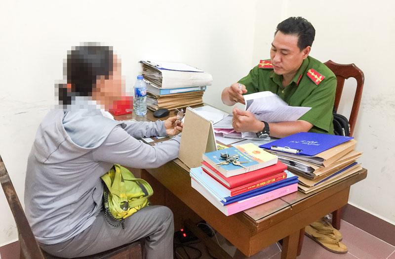 Một nạn nhân bị lừa đảo đến báo tin cho cơ quan Công an.