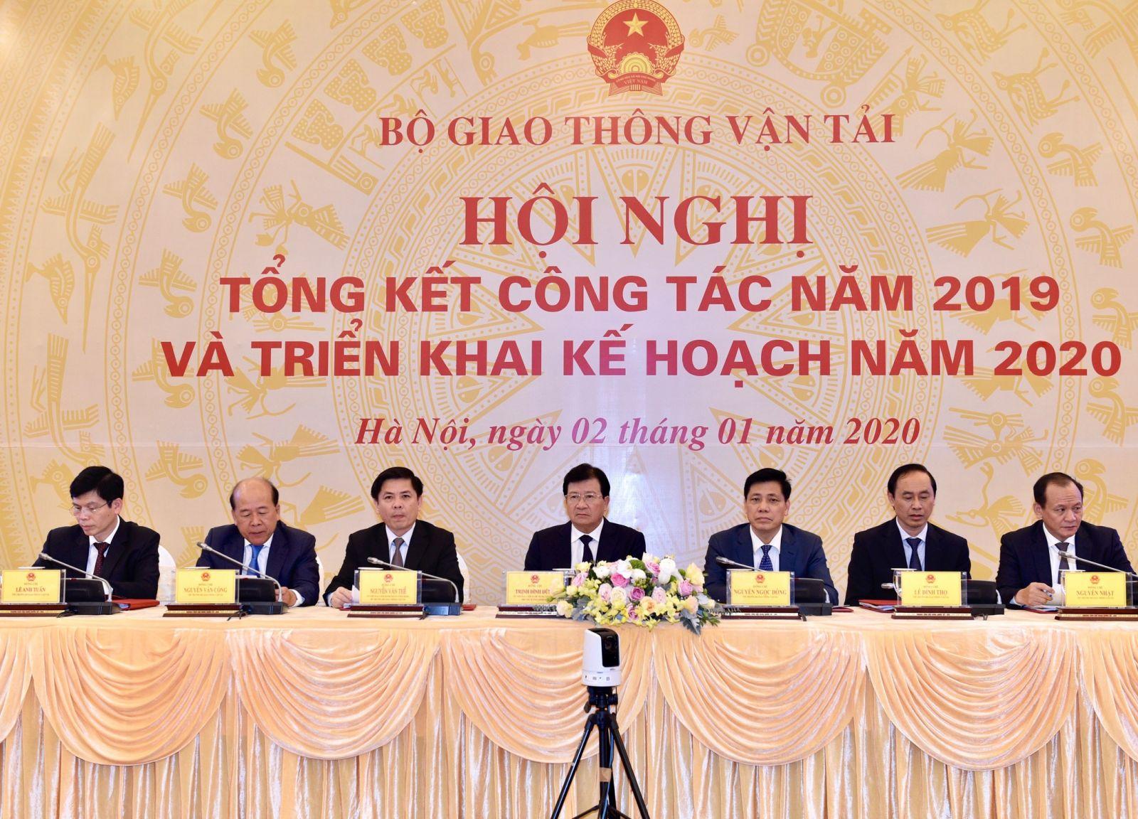 Phó Thủ tướng Trịnh Đình Dũng dự buổi tổng kết công tác năm 2019 và triển khai kế hoạch năm 2020 của Bộ GTVT. Ảnh: VGP/Nhật Bắc
