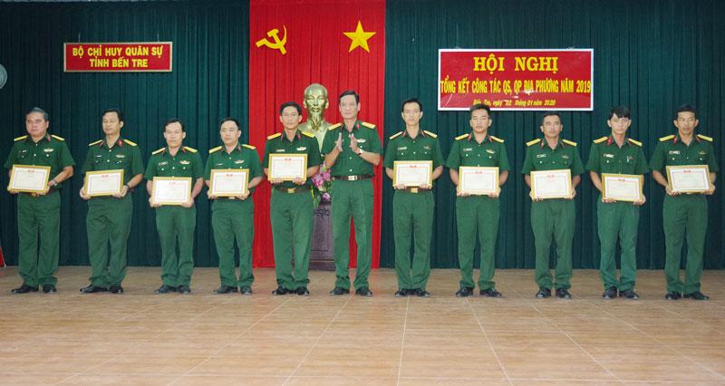 Thủ trưởng Bộ CHQS tỉnh trao thưởng cho các tập thể và cá nhân.