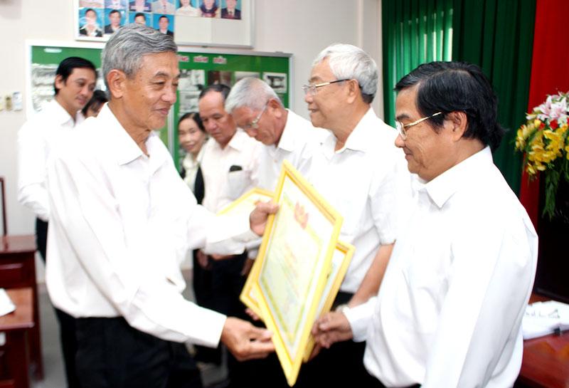 Chủ nhiệm Đoàn Luật sư tỉnh Võ Tấn Thành trao giấy khen cho các luật sư có nhiều đóng góp.