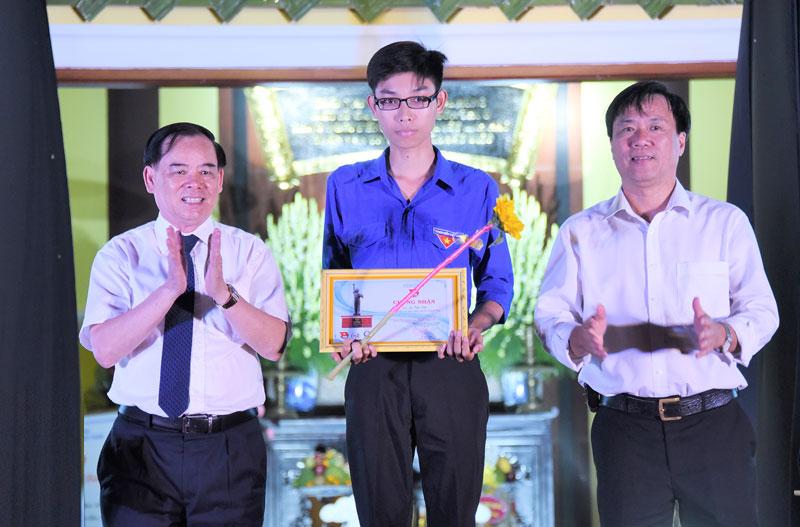 Phó bí thư Thường trực Tỉnh ủy Trần Ngọc Tam (bên trái) trao học bổng Quỹ tài năng trẻ Trần Văn Ơn cho học sinh tiêu biểu.