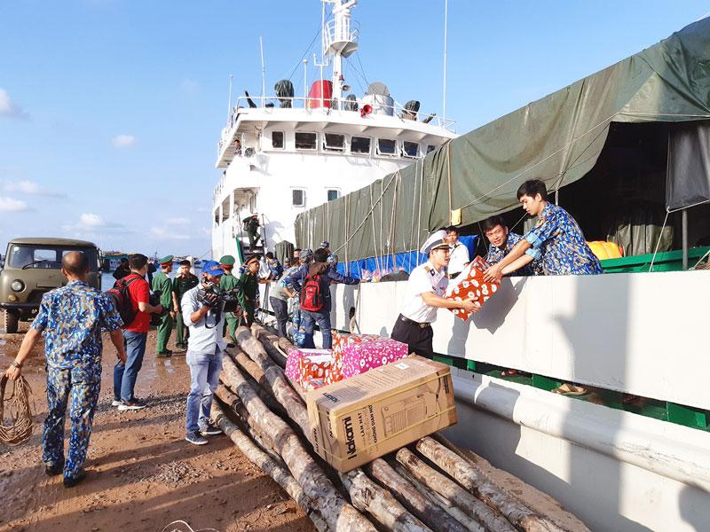 Chuyển quà Tết đến  đảo Thổ Chu (Kiên Giang).