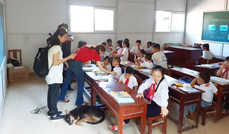Lớp học tình thương ở Hòn Chuối (Cà Mau) do chiến sĩ Đồn biên phòng 704 đảm nhận, có 23 con em của ngư dân theo học từ lớp 1 đến lớp 6.