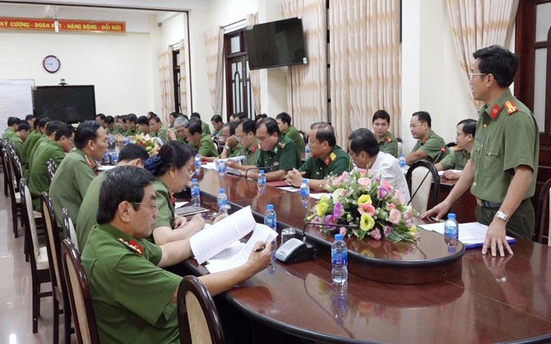 Đại tá Võ Hùng Minh - Giám đốc Công an tỉnh phát biểu chỉ đạo tại hội nghị.