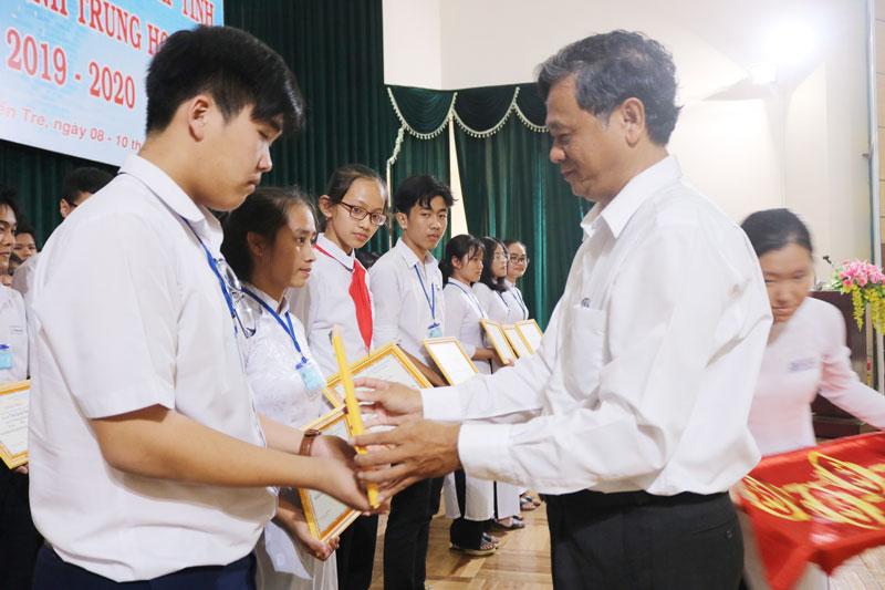 Nhóm tác giả giải nhất cuộc thi nhận giải.