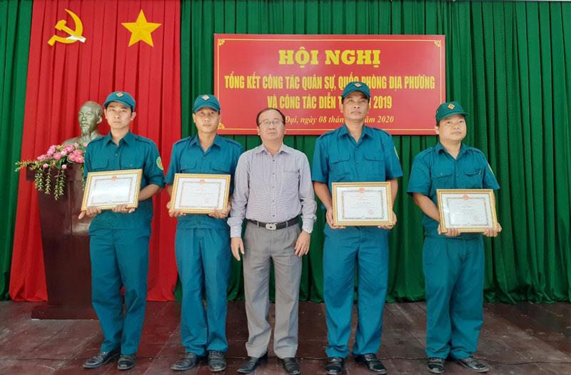 Chủ tịch UBND huyện Bình Đại Nguyễn Văn Dũng trao giấy khen cho các tập thể, cá nhân có thành tích xuất sắc năm 2019.