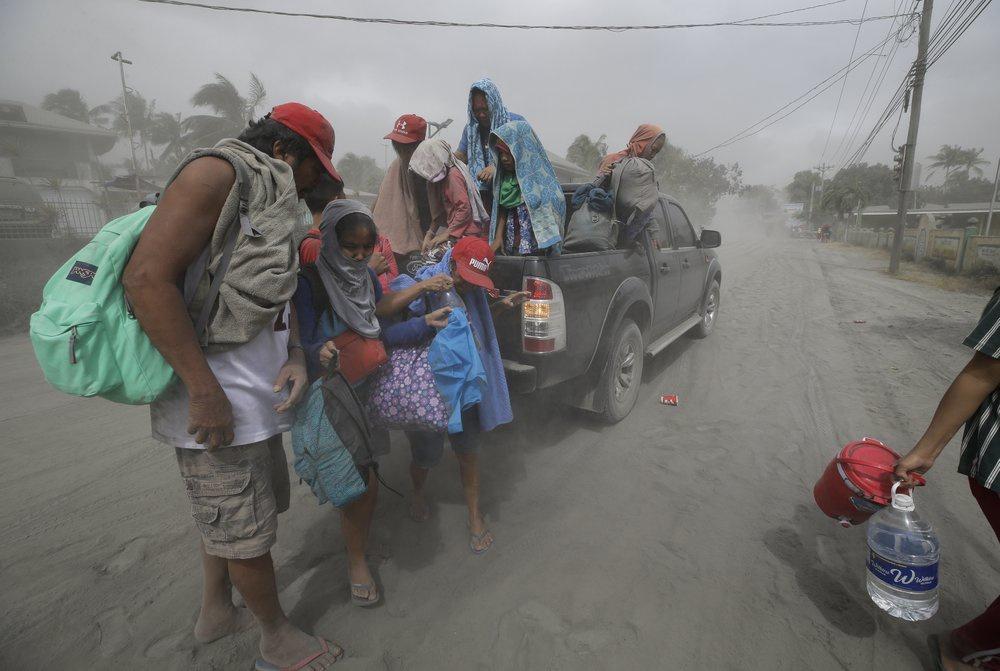 Người dân đã được di tản đến các trung tâm sơ tán ở tỉnh Batangas và Cavite. Ảnh: AP