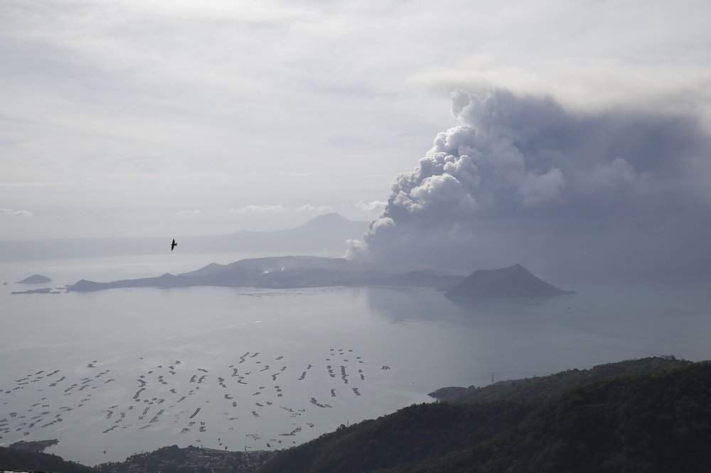 Các nhà địa chất học cảnh báo hoạt động của núi lửa có khả năng gây ra một cơn sóng thần ở hồ Taal. Ảnh: AP